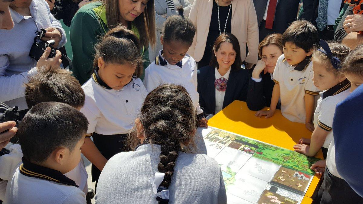 Mineduc presenta Bee-Bot: el juguete pedagógico que iniciará a 12 mil niños en la programación